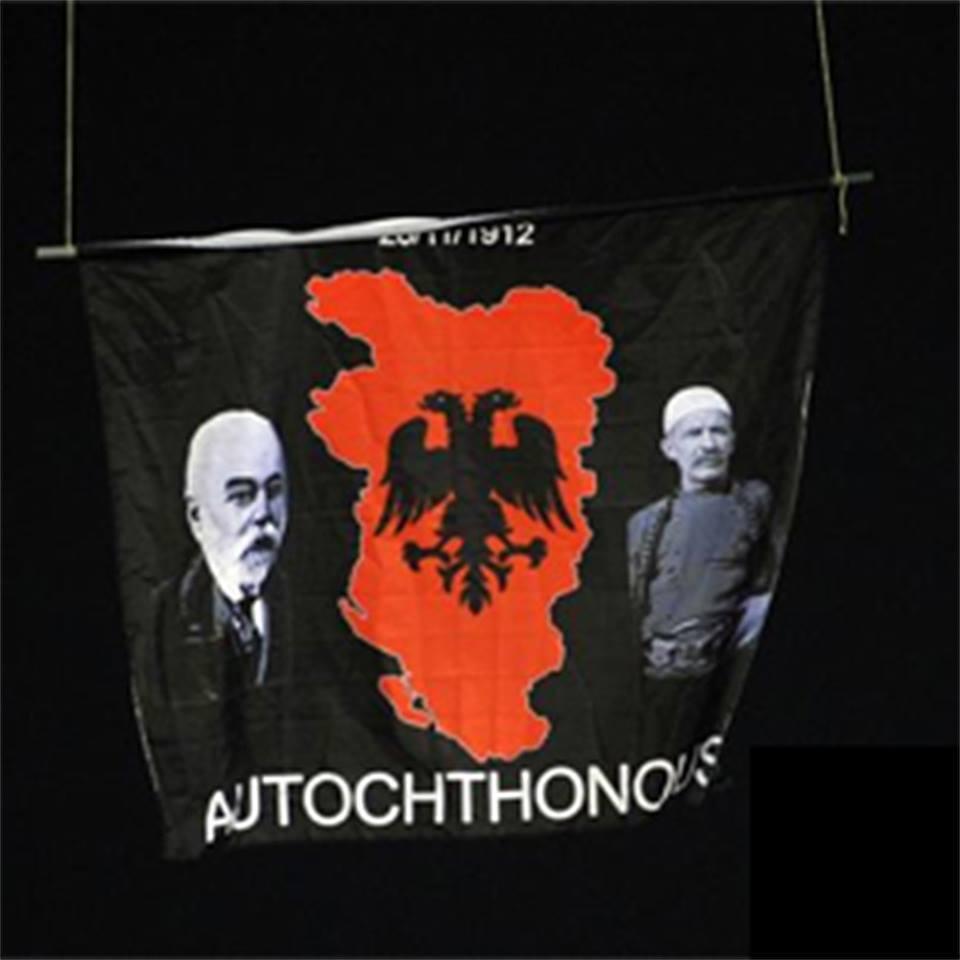Zastava Velike Albanije zbog koje su započeli neredi